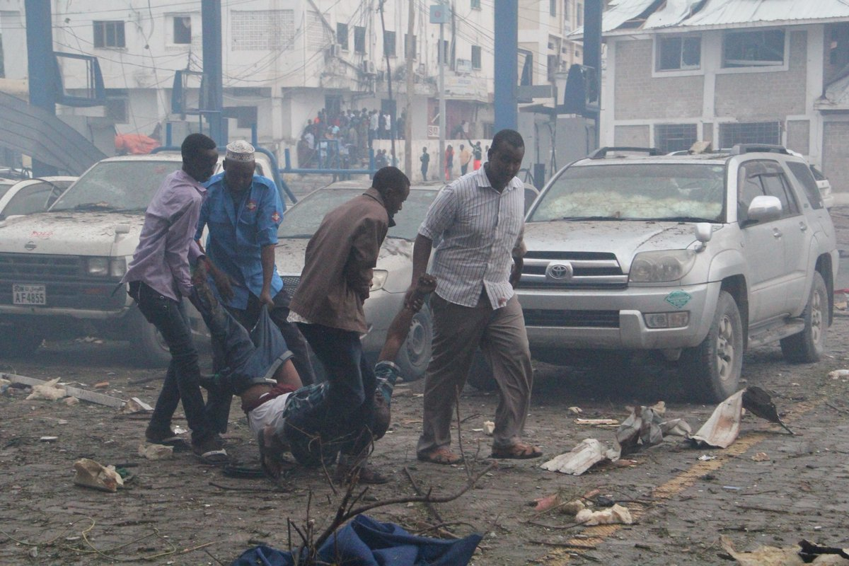 People moving wounded person out of the blast scene (Photo: Goobjoog.