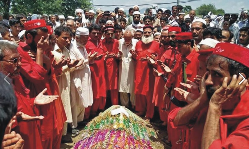 ANP activists pray on the grave of Shoaib Khan [Photo by ANP Info Secretariat]