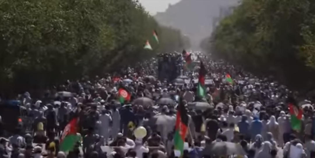 Kabul demonstration participants on their way [Photo from TOLO News video]