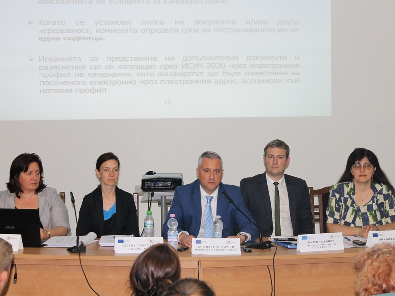 Bozhidar Lukarski (in the middle)- Economy Minister of Bulgaria (Image by Bulgarian Economy Ministry/mi.government.bg)