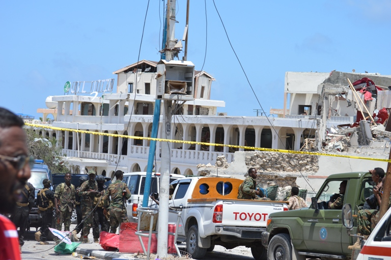Somali soldiers cordoned off the scene near SYL hotel after the blast (Photo: ArmedPolitics)